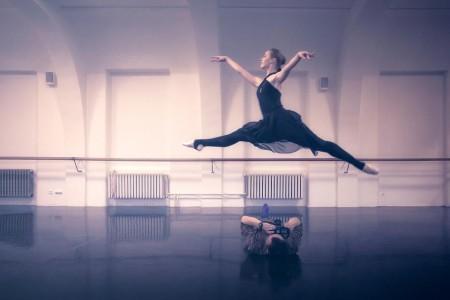 fotograf v prage fotografiruet balerin