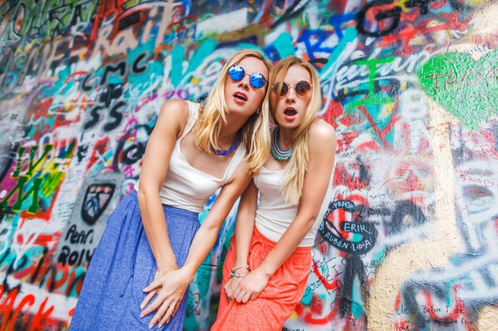 """Фотосессия в стиле """"прогулка по Праге"""", две сестры на фоне стены джона леннона в Праге"""