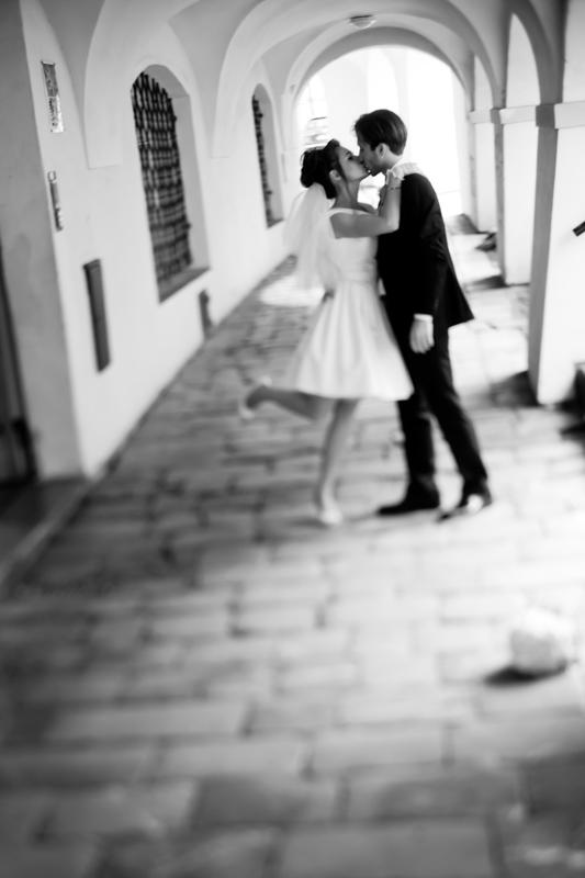 Фотосессия свадебной прогулки - объятия и поцелуи молодоженов