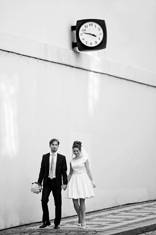Фотосессия в свадебных костюмах Прага под часами