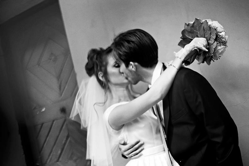 молодые целуются поцелуй молодоженов прага