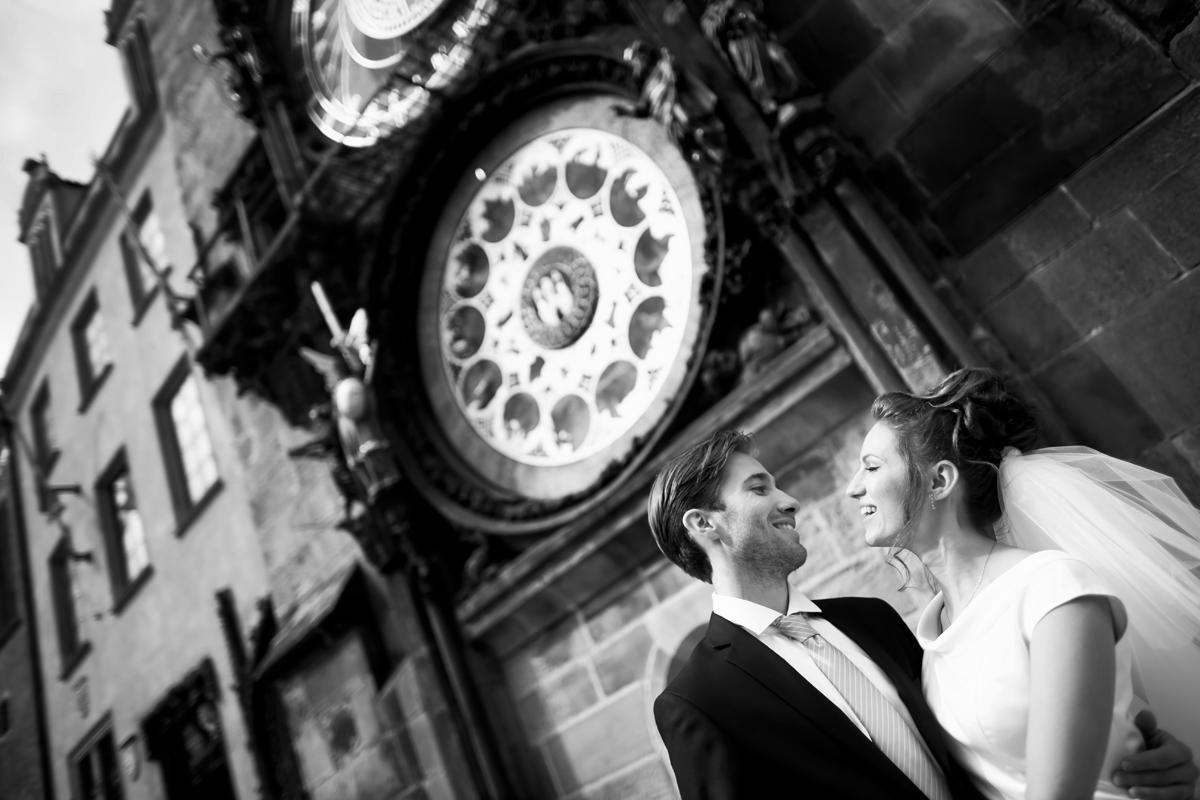 Свадебное фото под знаменитымии астрономическими часами в праге